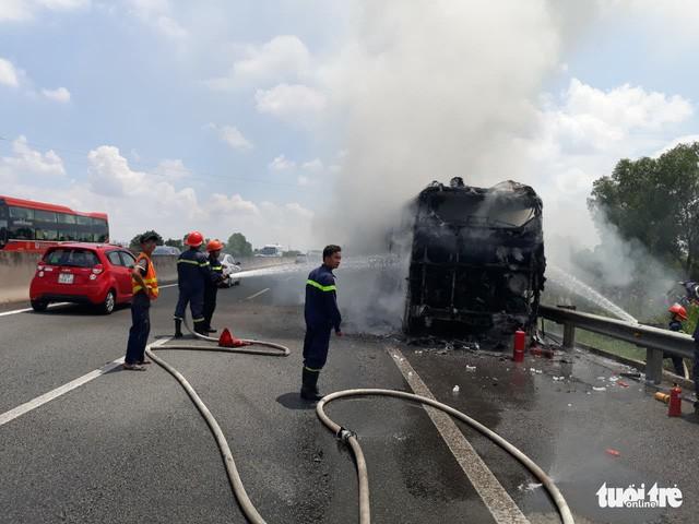 Xe giường nằm cháy rụi trên cao tốc TP.HCM - Trung Lương - Ảnh 2.