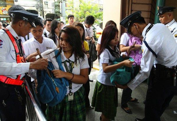 Philippines đề xuất cho phép cảnh sát kiểm tra cặp học sinh - Ảnh 1.