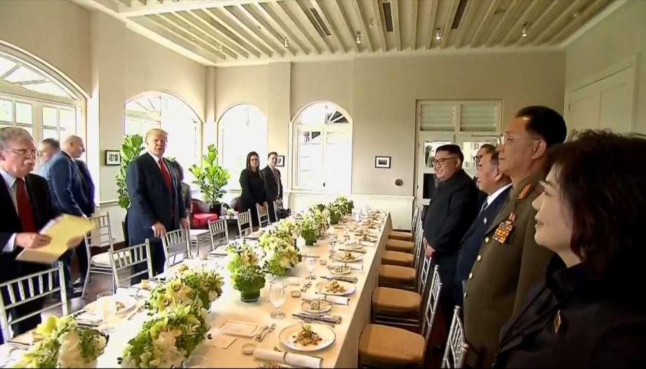 Ông Kim, ông Trump được đãi cơm chiên Dương Châu ở Singapore - Ảnh 1.