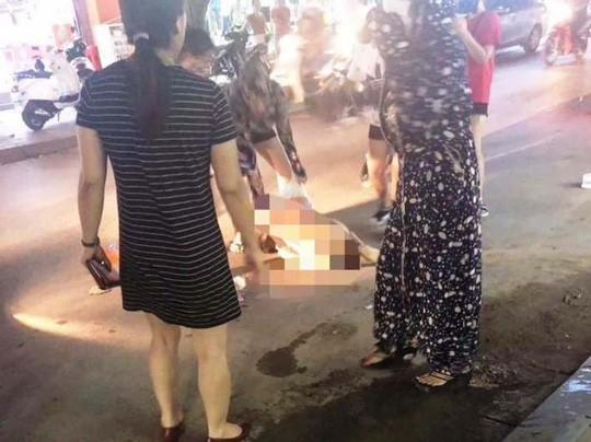 Cô gái bị lột đồ, xát ớt, nước mắm nghi bị đánh ghen - Ảnh 1.