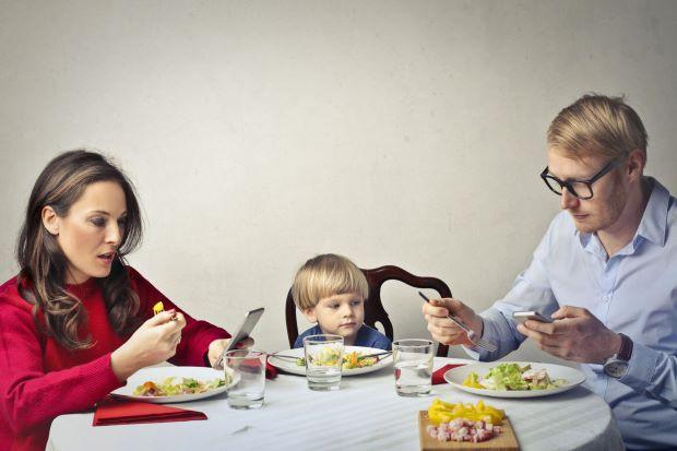 Cha mẹ lướt điện thoại trong giờ ăn sẽ làm ảnh hưởng xấu đến hành vi của trẻ - Ảnh 1.