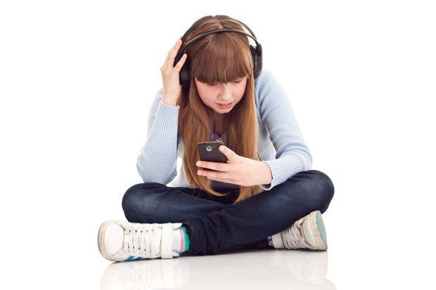Trẻ em nghe nhạc qua tai nghe dễ bị mất thính lực - Ảnh 1.