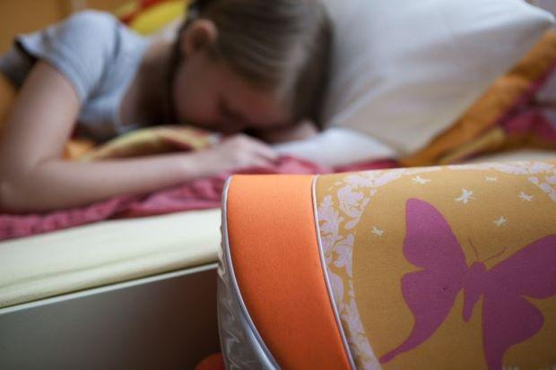Trẻ em không nên sử dụng thiết bị điện tử trong 3 giờ trước khi ngủ - Ảnh 1.