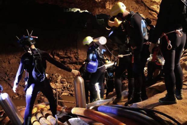 18 thợ lặn đã vào hang Tham Luang giải cứu đội bóng Thái Lan - Ảnh 1.