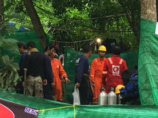 18 thợ lặn đã vào hang Tham Luang giải cứu đội bóng Thái Lan - Ảnh 3.