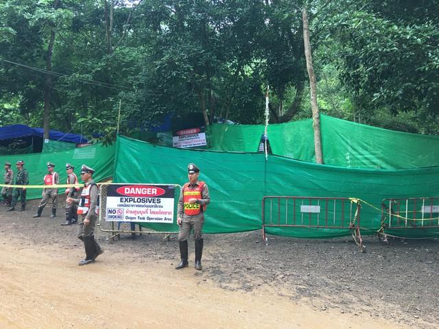 18 thợ lặn đã vào hang Tham Luang giải cứu đội bóng Thái Lan - Ảnh 4.