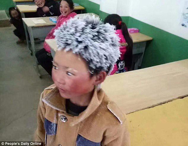 'Cậu bé đông đá' làm rơi lệ cư dân mạng Trung Quốc - Ảnh 1.