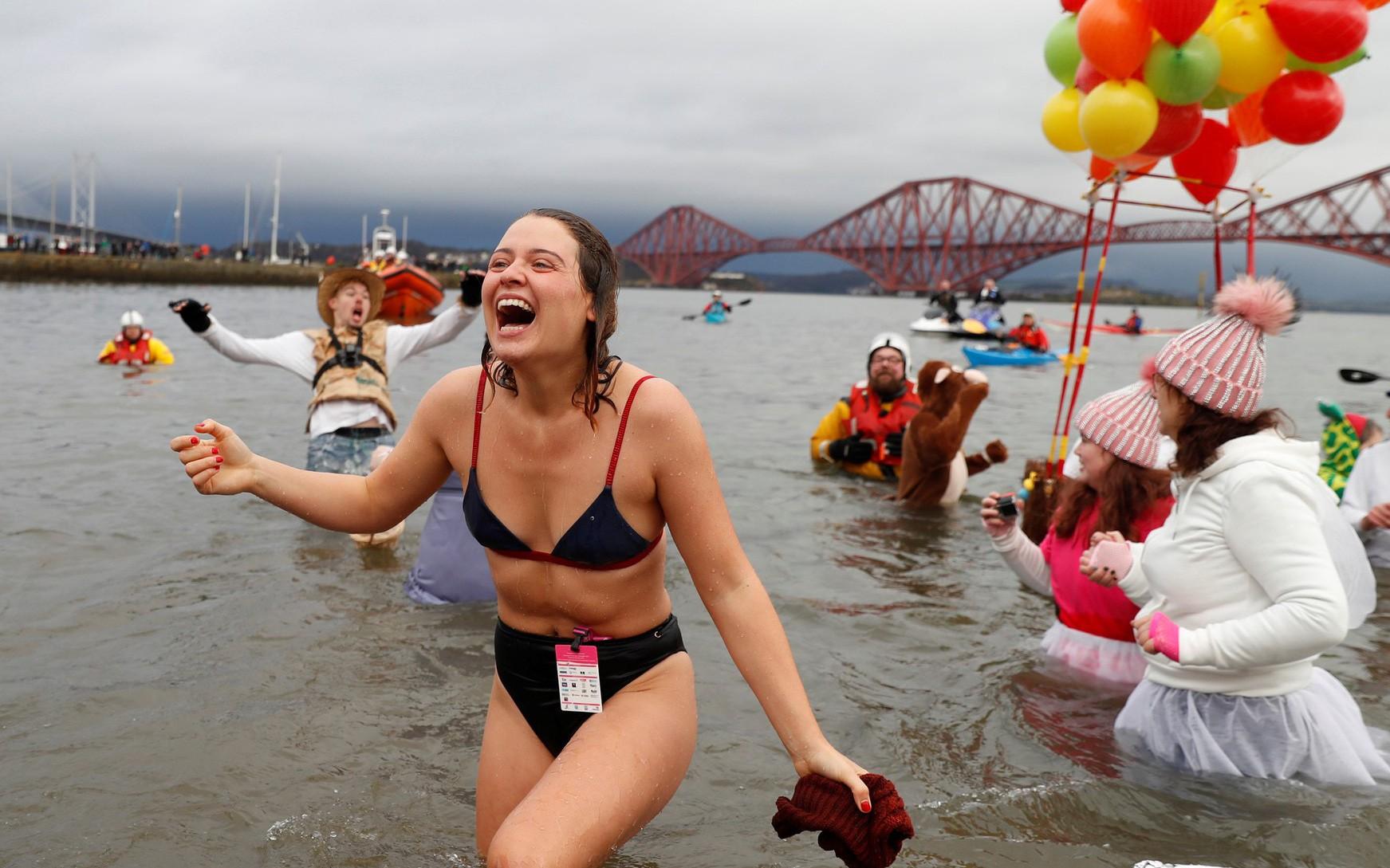 Bơi trong nước lạnh mừng năm mới ở khắp nơi