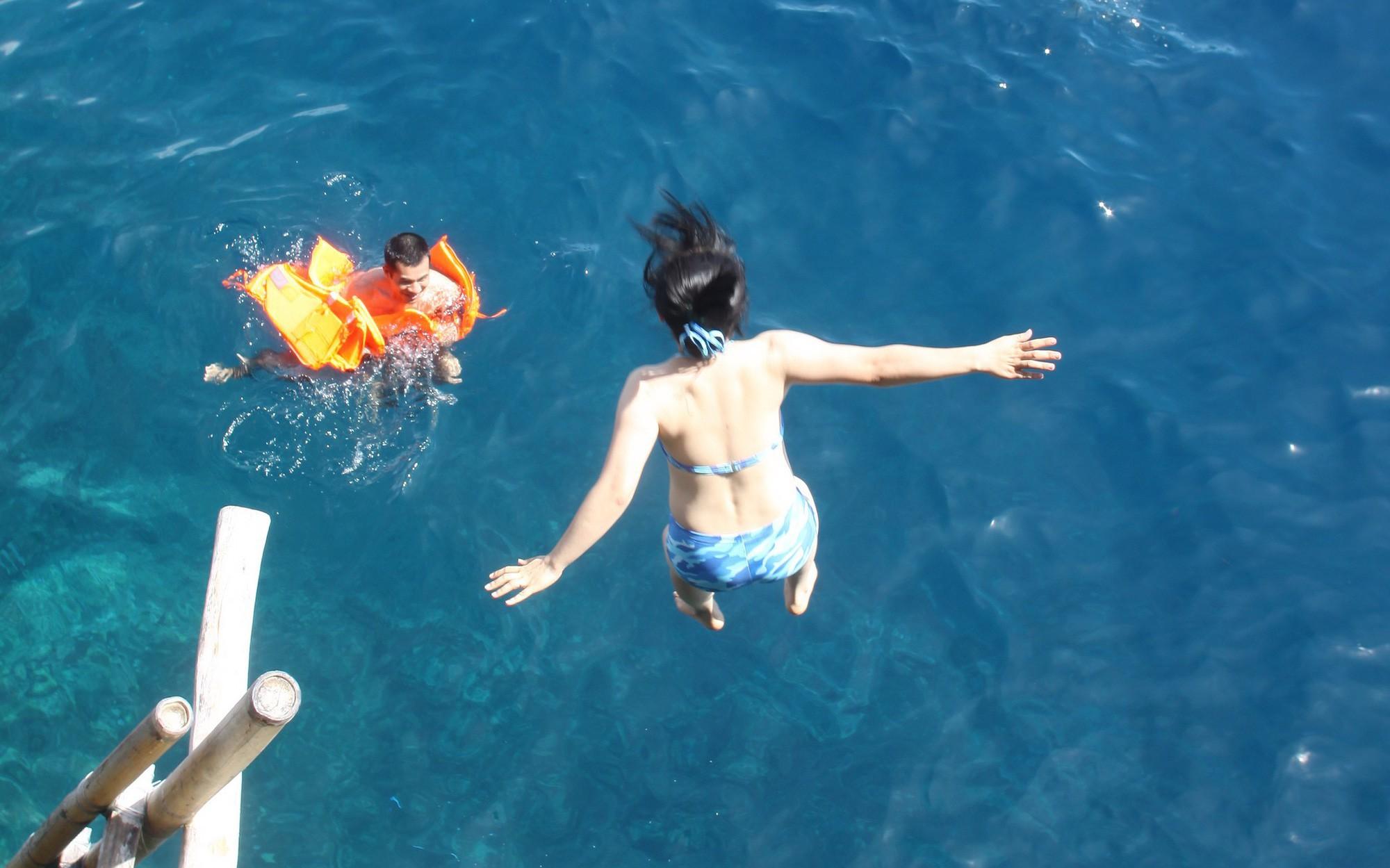 Nhảy xuống biển từ vách đá tại 'đảo thiên đường' Philippines