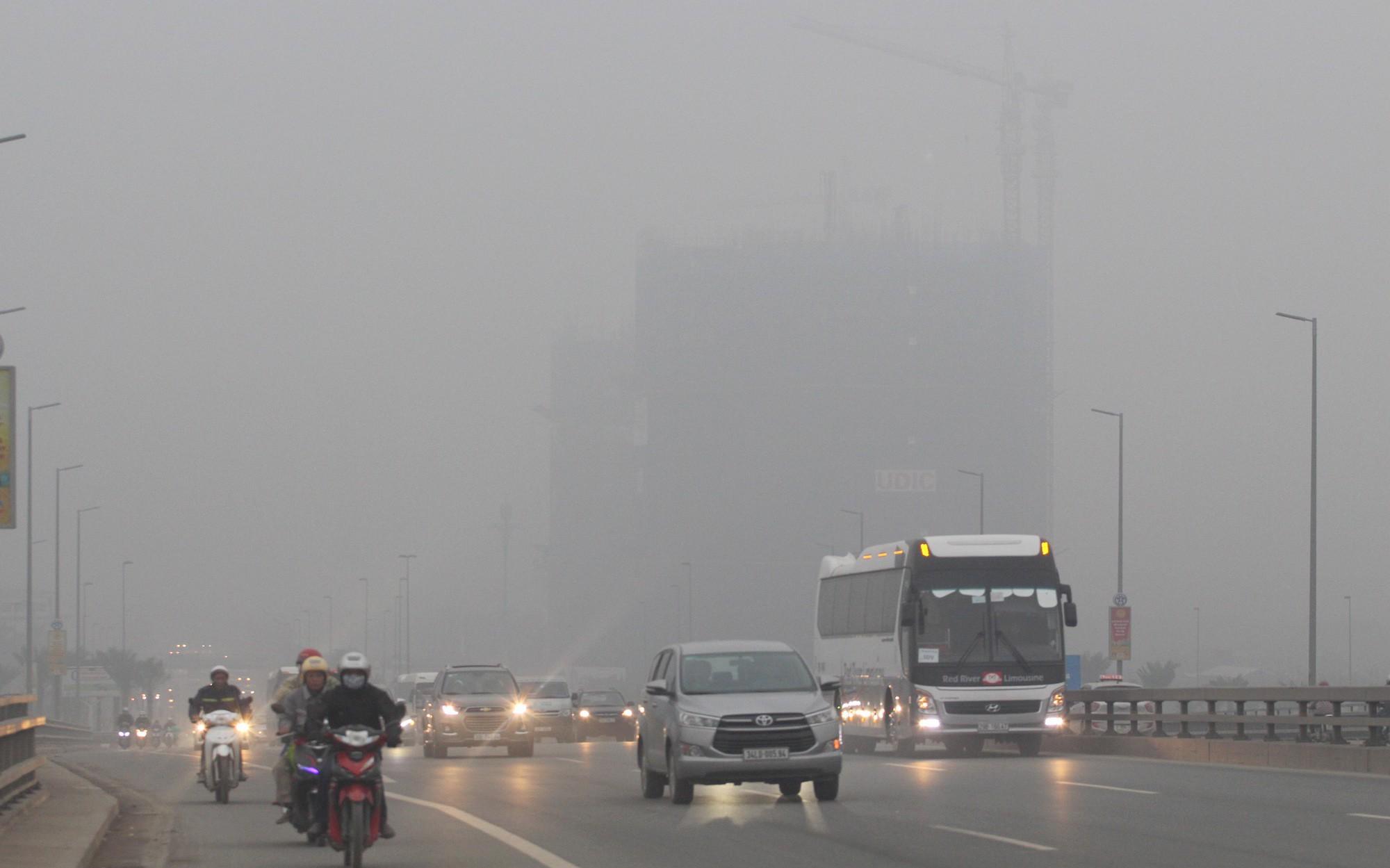 Đến gần trưa, Hà Nội vẫn chìm trong sương mù
