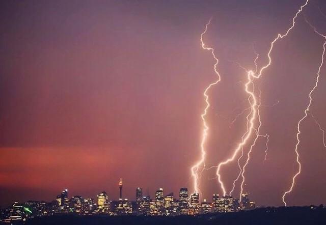 Sau nóng kỷ lục, Sydney dồn dập sét - Ảnh 1.