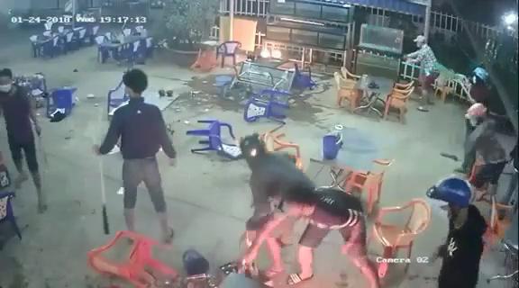 Video nhóm thanh niên mang hung khí phá tan quán nhậu - Ảnh 2.