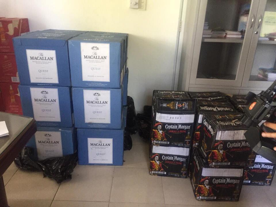 Xe tải phế liệu chở 55 thùng rượu ngoại trị giá gần 1 tỉ - Ảnh 2.