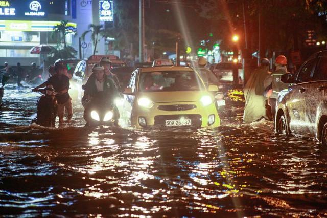 Sài Gòn, miền Tây đối mặt ngập do triều cường cận tết - Ảnh 1.