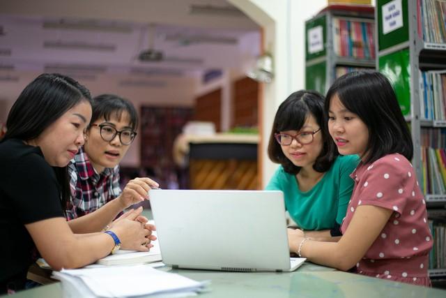 Bộ GD-ĐT yêu cầu trường không đẻ thêm sổ sách cho giáo viên - Ảnh 1.