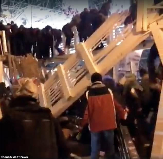 Clip khoảnh khắc sập cầu gỗ ở công viên Gorky, 13 người bị thương - Ảnh 1.