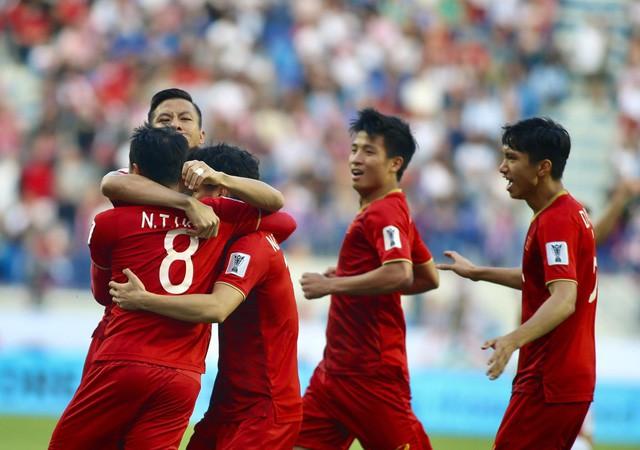 Mưa tiền thưởng cho tuyển VN sau trận thắng Jordan - Ảnh 1.