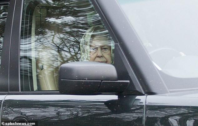 Nữ hoàng Anh, Hoàng thân Philip lại lái xe không thắt dây an toàn tuổi 90 - Ảnh 3.