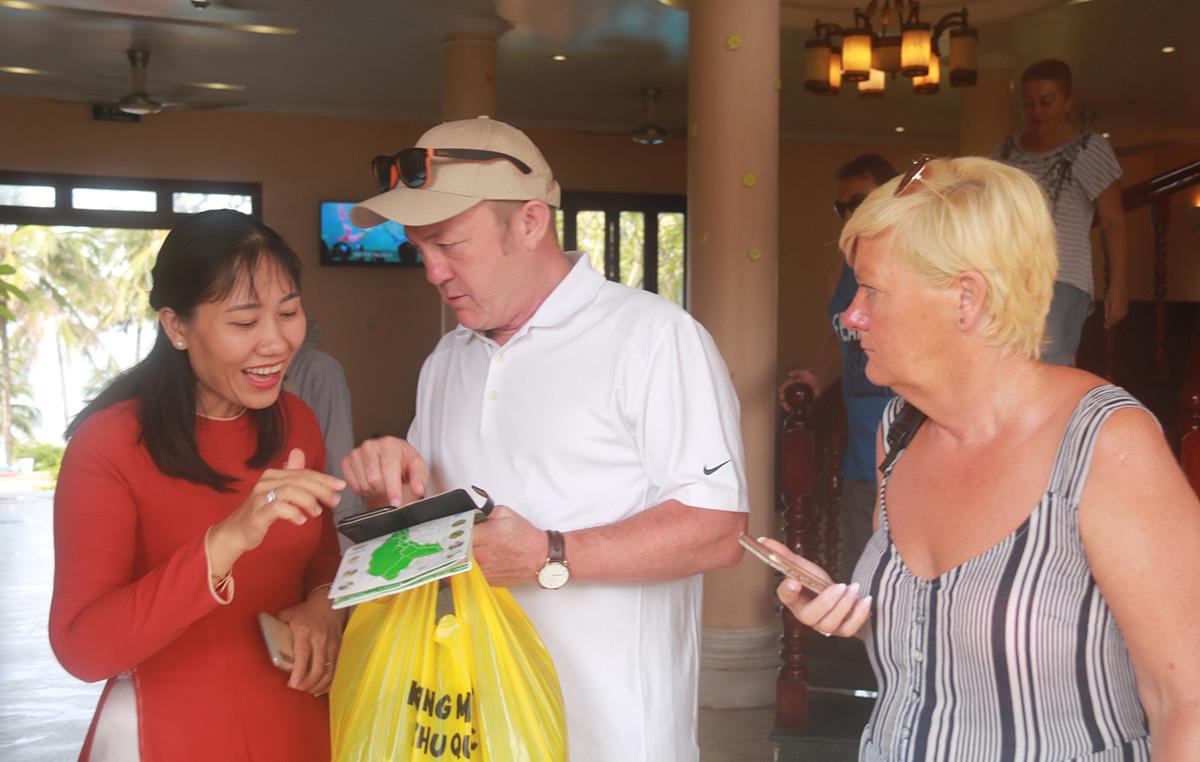 Rất ít nhân viên có thể trao đổi tốt với du khách nước ngoài bằng ngoại ngữ - Ảnh: K.NAM  - phu-quoc-1573434125794498689815 - Phú Quốc thiếu nhân lực du lịch trầm trọng.