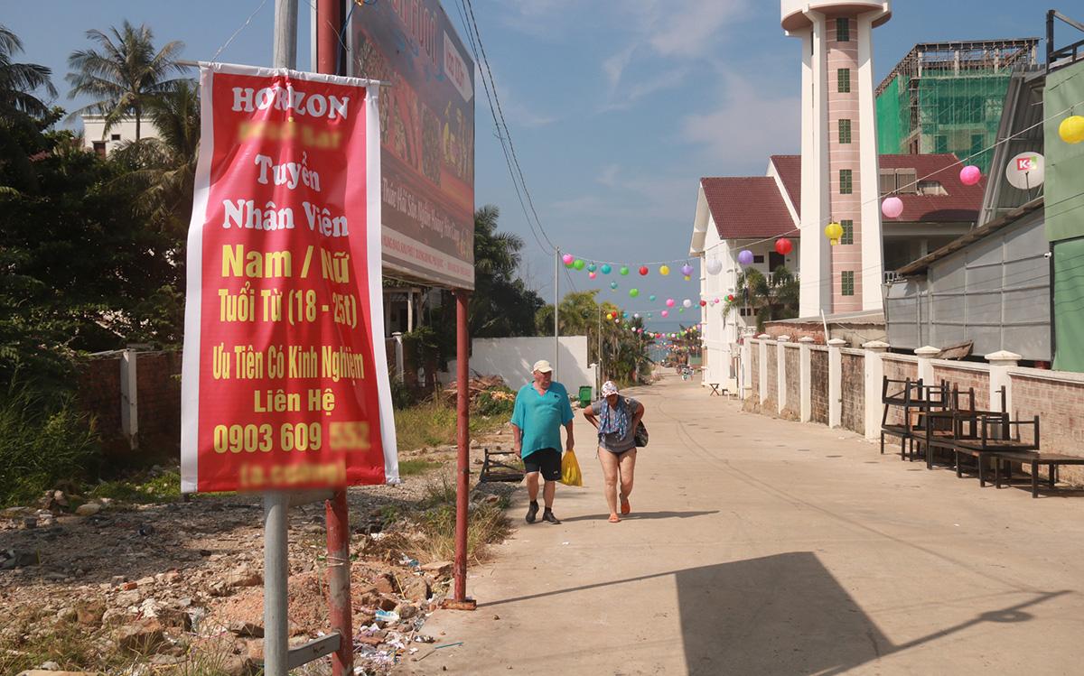 Thông báo tuyển dụng treo ngoài đường ở huyện Phú Quốc - Ảnh: KHOA NAM  - phu-quoc6-15734342664421636565668 - Phú Quốc thiếu nhân lực du lịch trầm trọng.