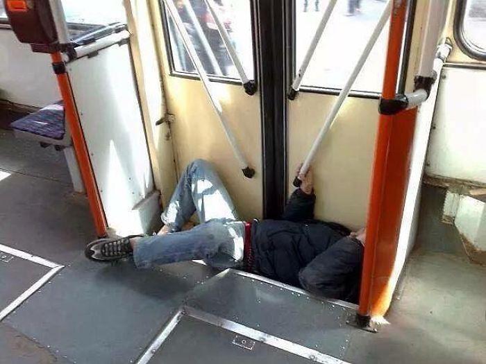 Những khoảnh khắc khó đỡ trên xe buýt, không thể nhịn cười - Ảnh 8.