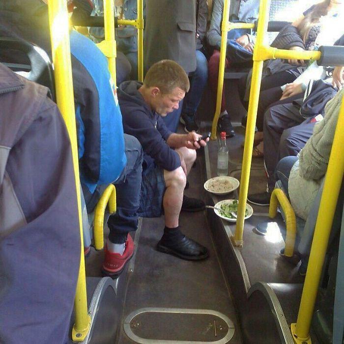 Những khoảnh khắc khó đỡ trên xe buýt, không thể nhịn cười - Ảnh 11.