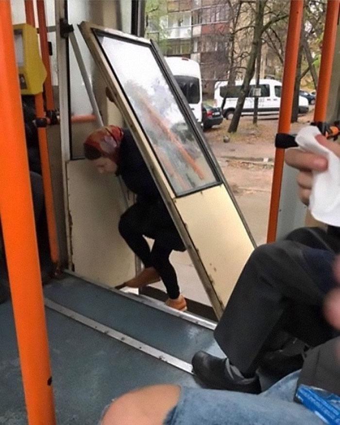 Những khoảnh khắc khó đỡ trên xe buýt, không thể nhịn cười - Ảnh 13.