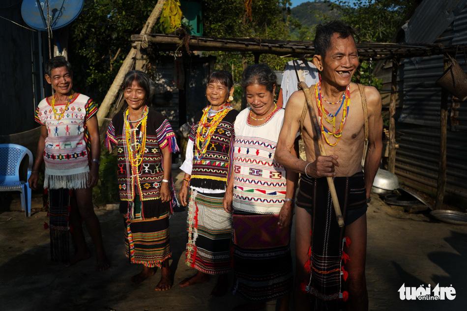 Hoài Linh triển lãm ảnh in trên lụa tơ tằm bên hồ Xuân Hương - Ảnh 4.