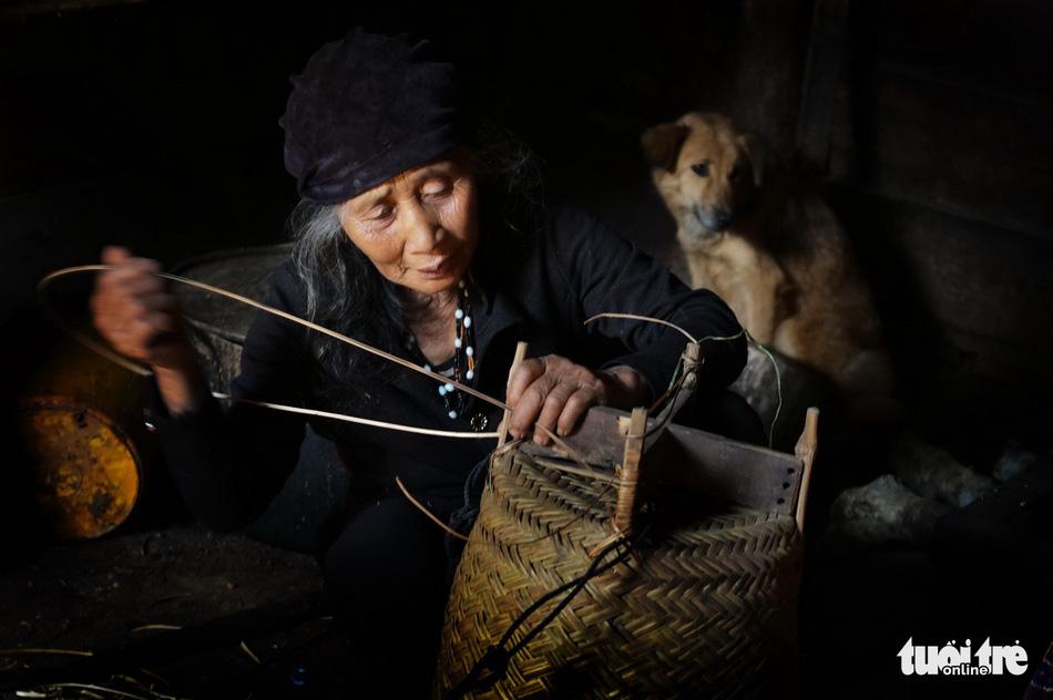 Hoài Linh triển lãm ảnh in trên lụa tơ tằm bên hồ Xuân Hương - Ảnh 9.