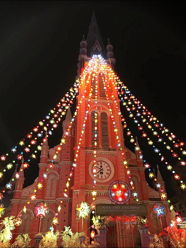 Sài Gòn lung linh trước đêm Giáng sinh - Ảnh 2.