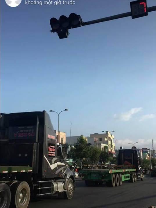 Đà Nẵng xử phạt 3 tài xế xe đầu kéo cùng vượt đèn đỏ - Ảnh 1.