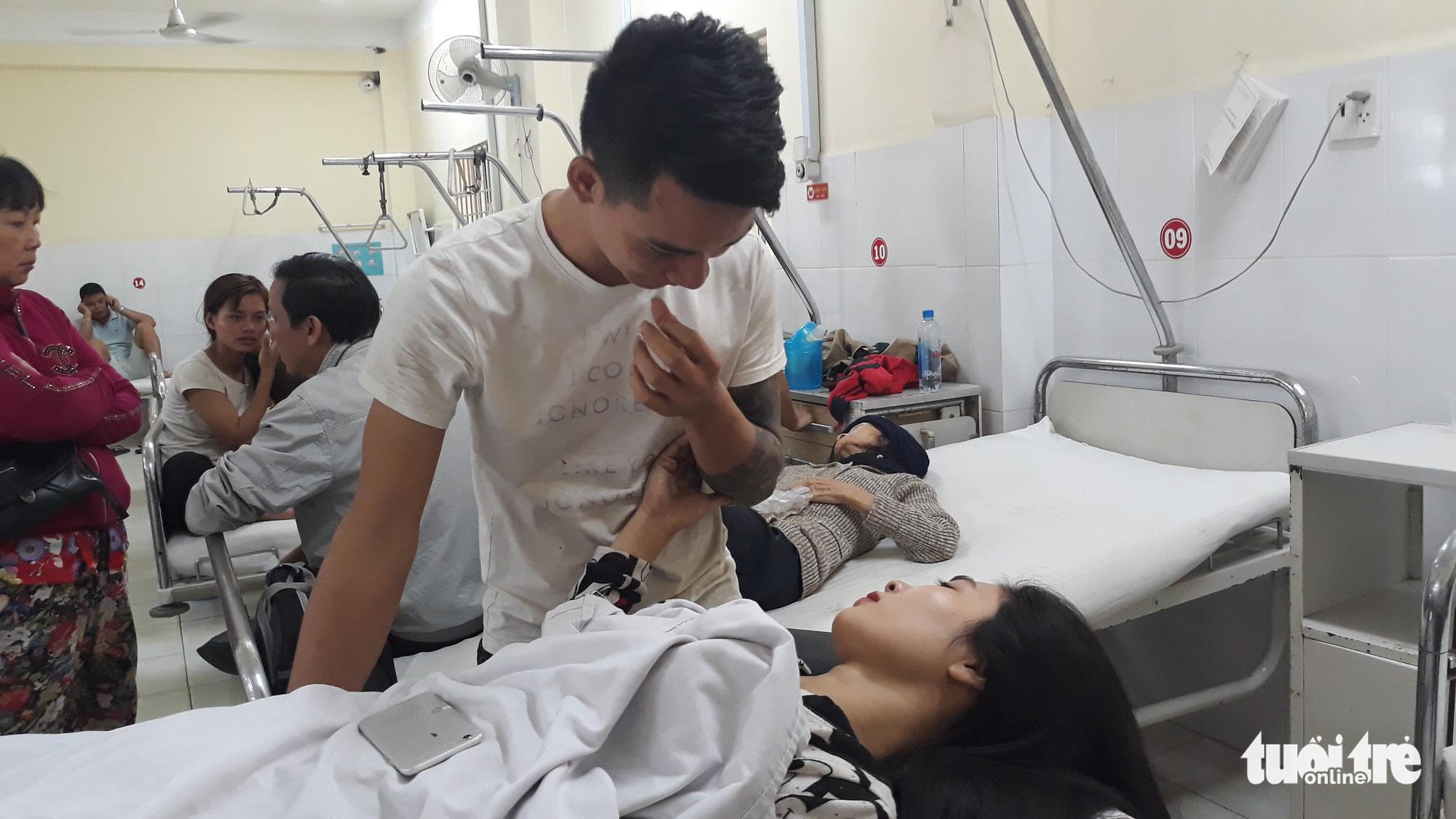 """Vụ lật xe khách ở Khánh Hòa: """"Gãy xương sườn nhưng tôi tìm vợ trước tiên"""" - Ảnh 2."""