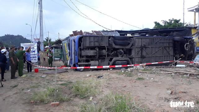 Xe khách lật do nổ lốp ở Khánh Hòa chạy quá tốc độ - Ảnh 1.