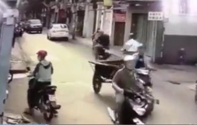 Kẻ tâm thần phóng xe máy chém 3 người đi đường - Ảnh 2.