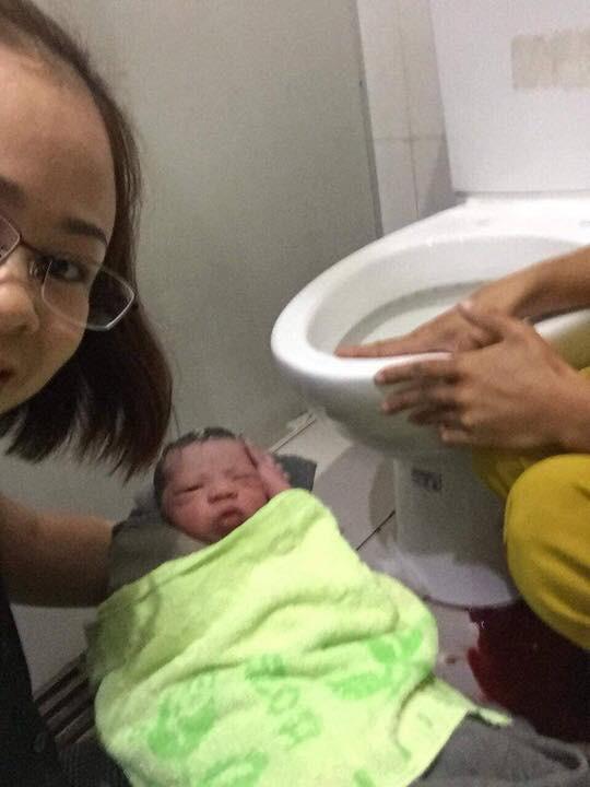 Nhân viên bến xe Miền Đông đỡ đẻ thành công trong nhà vệ sinh - Ảnh 1.