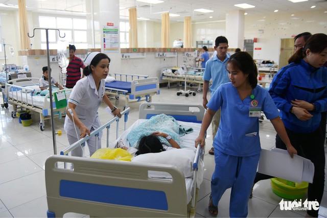 38 học sinh lớp 2 nhập viện sau khi ăn sinh nhật tại lớp - Ảnh 1.