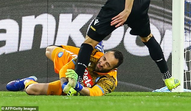 Thủ môn thuộc biên chế Arsenal gục ngã trên sân vì chấn thương đầu - Ảnh 3.