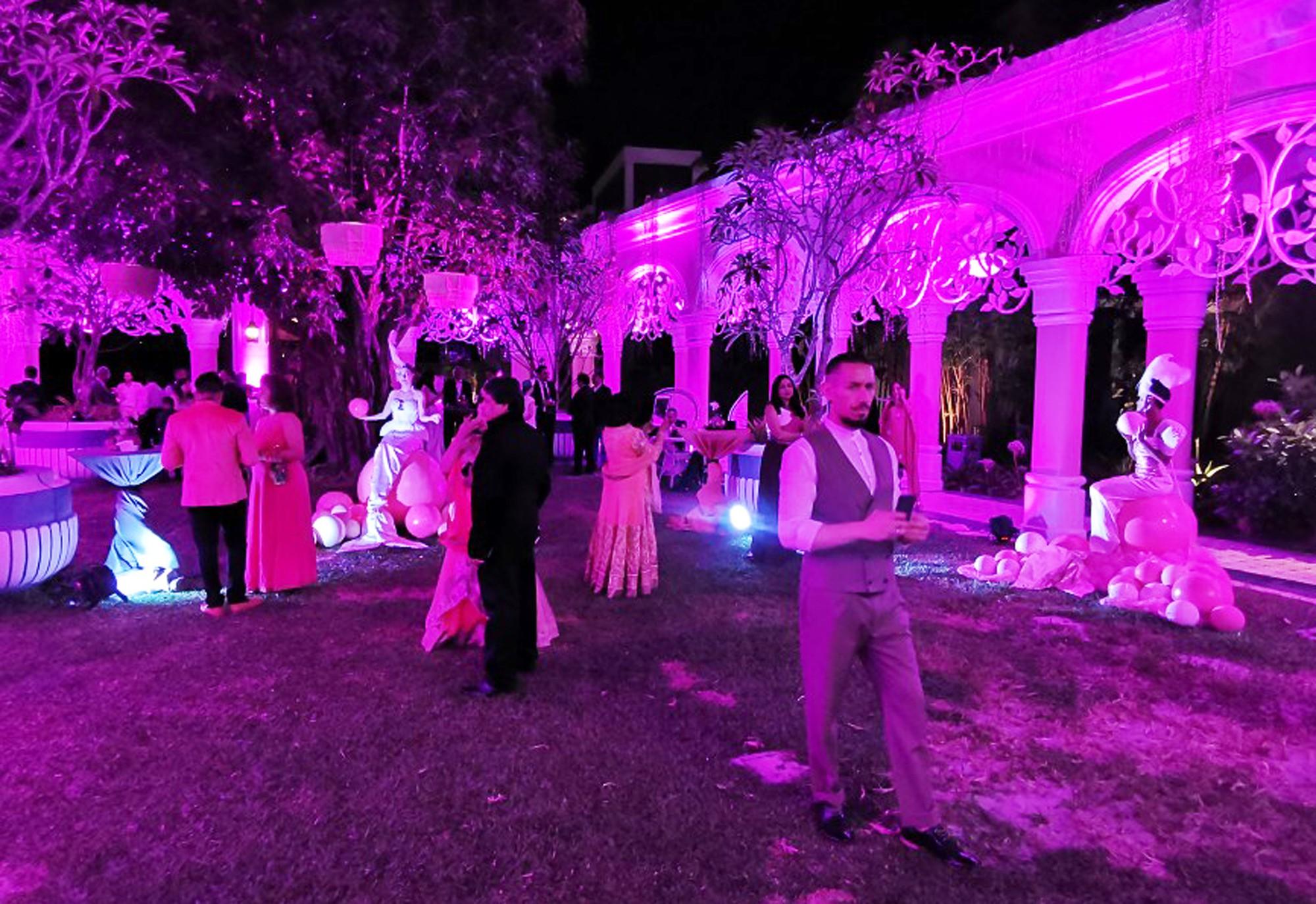 Một góc tiệc khiêu vũ theo chủ đề lễ hội màu hồng - Ảnh: D.KHÁNH