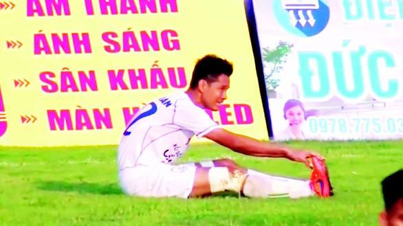 Tước băng đội trưởng, đình chỉ thi đấu 3 trận cầu thủ Cần Thơ tự đưa bóng vào lưới nhà - Ảnh 1.