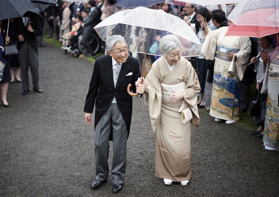 Những hình ảnh ghi dấu cuộc đời Nhật hoàng Akihito - Ảnh 1.