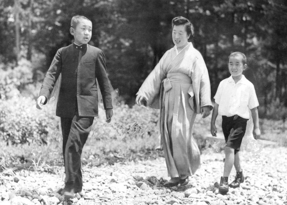 Những hình ảnh ghi dấu cuộc đời Nhật hoàng Akihito - Ảnh 4.