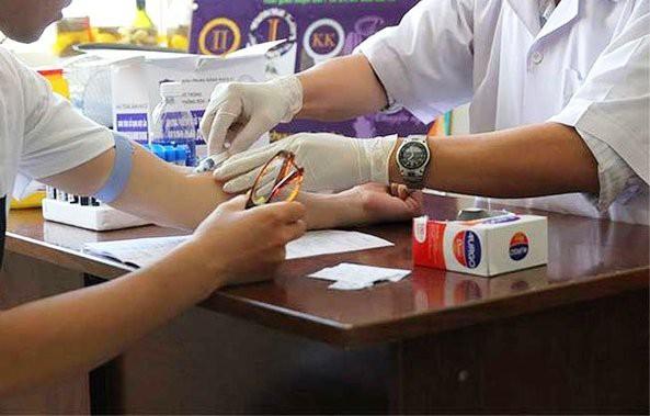 10 người bị kẻ lạ đâm ở quận 5 phải điều trị phơi nhiễm HIV - Ảnh 1.