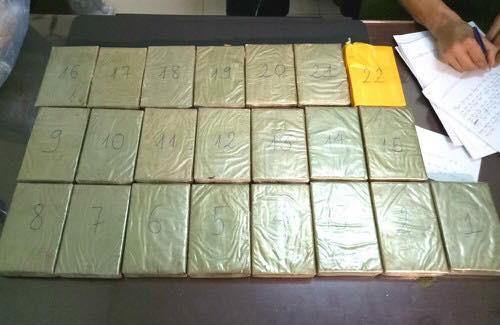 Giấu 22 bánh heroin trong lốc máy ôtô chạy về Việt Nam - Ảnh 2.