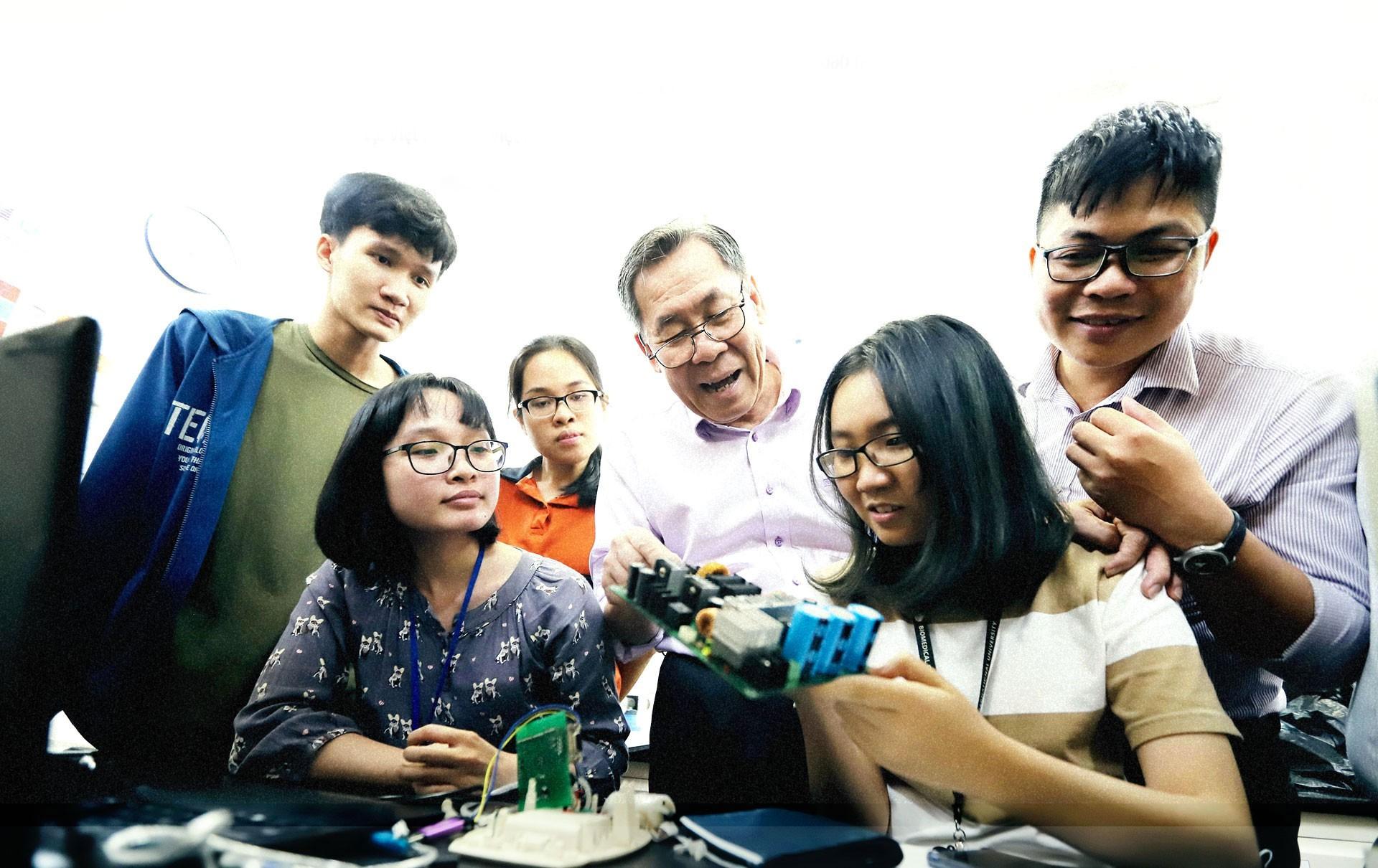 GS Võ Văn Tới: Về nước vì sinh viên Việt Nam thất bại - Ảnh 8.