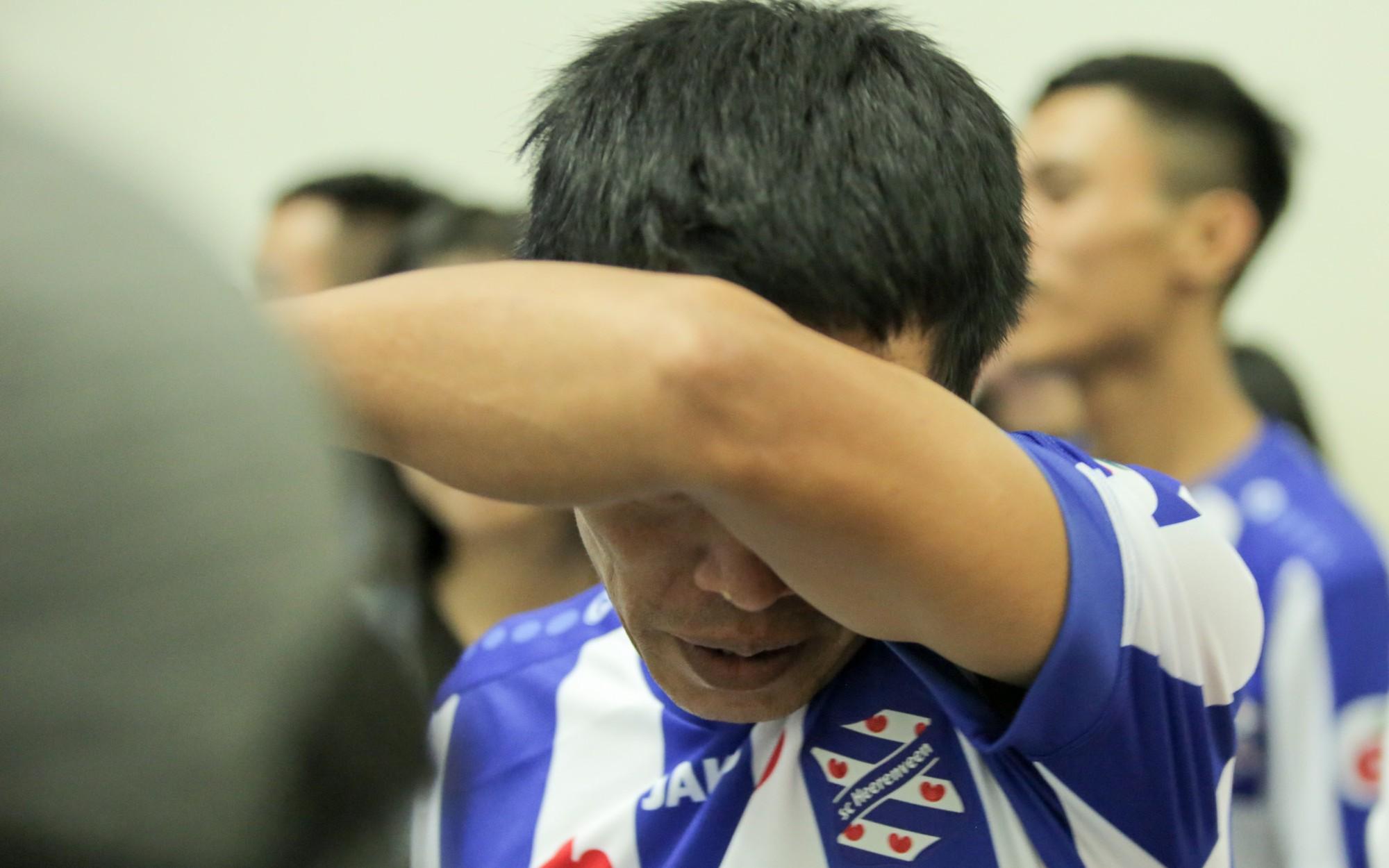 Bố Văn Hậu mắt đỏ hoe trong ngày con trai rời Việt Nam sang Hà Lan chơi bóng