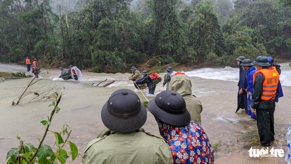 Bộ đội dầm mưa, bám dây vượt khe nước tiếp cận thủy điện Rào Trăng 3 - Ảnh 11.