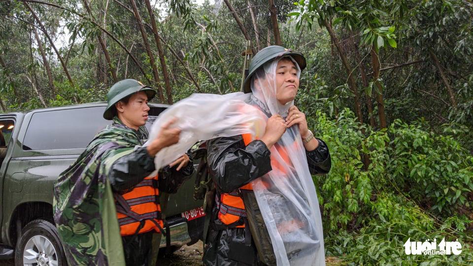Bộ đội dầm mưa, bám dây vượt khe nước tiếp cận thủy điện Rào Trăng 3 - Ảnh 6.