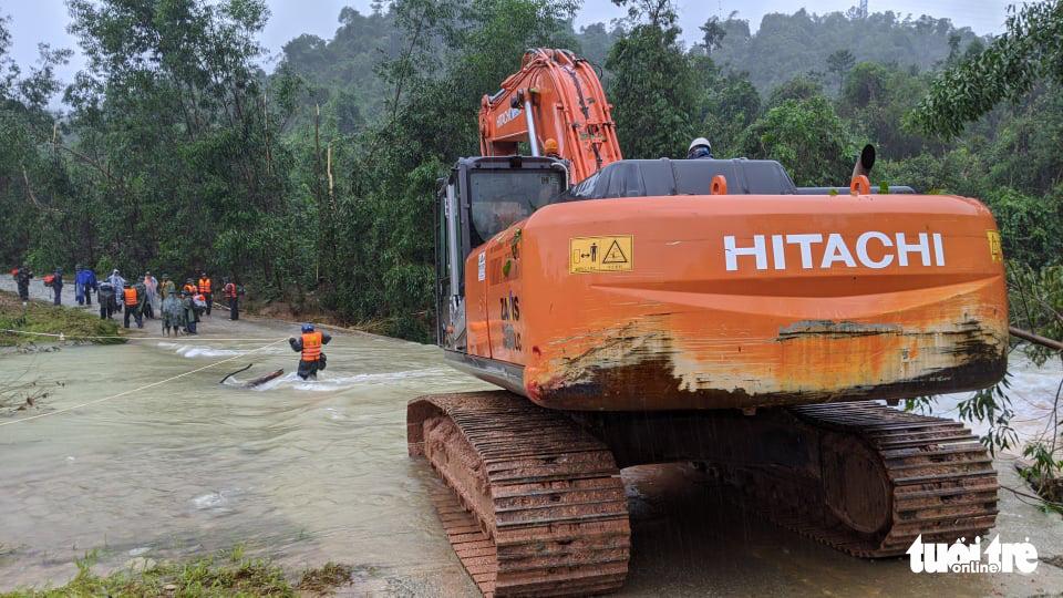 Bộ đội dầm mưa, bám dây vượt khe nước tiếp cận thủy điện Rào Trăng 3 - Ảnh 3.