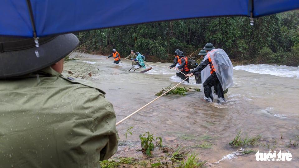 Bộ đội dầm mưa, bám dây vượt khe nước tiếp cận thủy điện Rào Trăng 3 - Ảnh 1.