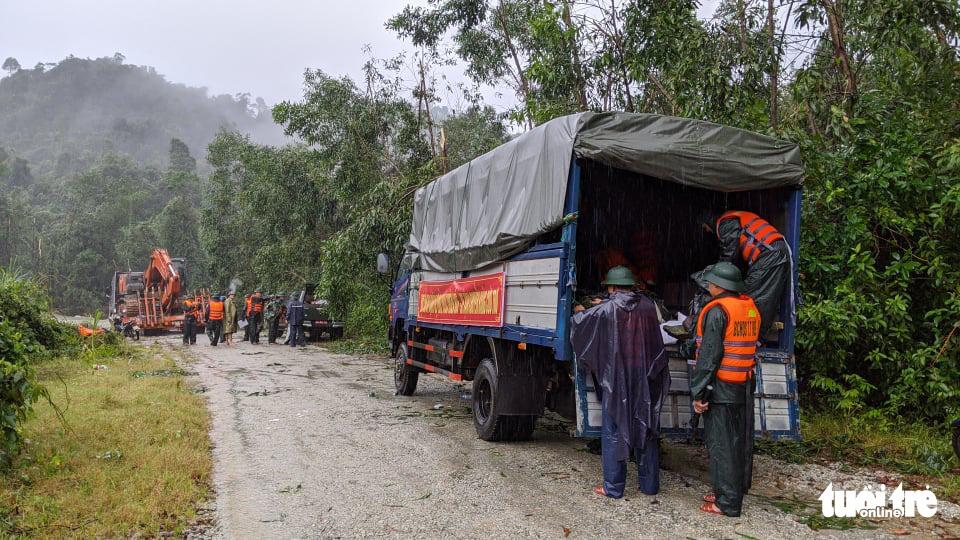 Bộ đội dầm mưa, bám dây vượt khe nước tiếp cận thủy điện Rào Trăng 3 - Ảnh 10.
